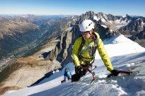 Mid adult couple mountaineering — Stock Photo
