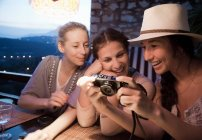 Women looking at digital pictures — Stock Photo