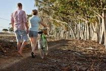 Couple marchant dans la forêt — Photo de stock