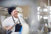 Заточка ножем шеф-кухаря кухні — стокове фото