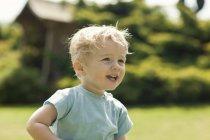 Petit garçon dans le jardin — Photo de stock