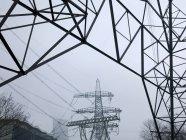 Vue faible angle de connexions de lignes électriques dans le brouillard — Photo de stock