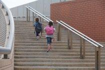 Enfants monter les escaliers à l'extérieur — Photo de stock
