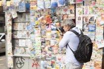 Uomo maturo che scatta fotografie per strada, città di Copacabana, Rio De Janeiro, Brasile — Foto stock