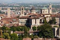 Vista elevada de edificios en la ciudad de Bérgamo - foto de stock