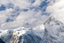 Снежные горные вершины и облака — стоковое фото