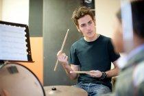 Хлопчик з барабанні палички поблизу барабанну установку — стокове фото