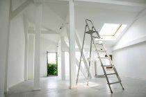 Scaletta del metallo nella stanza bianca vuota — Foto stock