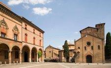 Arches sur les bâtiments de la place de la ville — Photo de stock