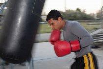 Boxertraining mit Boxsack — Stockfoto
