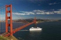 Ship sailing under Golden Gate Bridge — Stock Photo