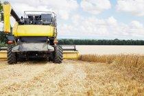 Erntemaschine bei der Feldarbeit — Stockfoto