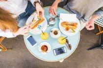 Draufsicht auf zwei junge Frauen, die Frühstücken im Straßencafé, Paris, Frankreich — Stockfoto