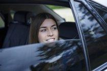 Ritratto di giovane donna dentro auto — Foto stock