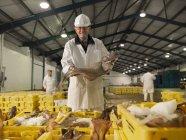 Працівник холдингу риби ринку — стокове фото