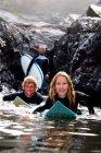 Три людини з дошки для серфінгу, посміхаючись — стокове фото