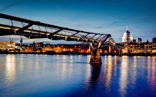 Ponte do milênio, iluminada à noite — Fotografia de Stock