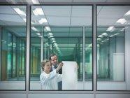 Les scientifiques discutent des plans en place — Photo de stock