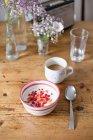 Cesto di frutta e yogurt con caffè — Foto stock