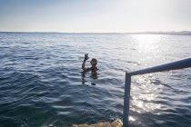 Schnorchler macht Ok-Zeichen im Wasser — Stockfoto
