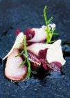 Teller Fisch mit Kräutern — Stockfoto