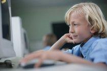 Schuljunge mit computer — Stockfoto