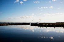 Небо в ще гавань водах — стокове фото