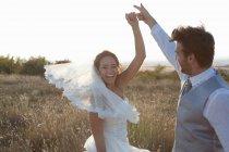 Casal recém-casado dançando ao ar livre — Fotografia de Stock