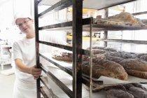 Baker, tirando il carrello del pane — Foto stock