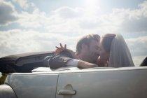 Молодят близько, щоб поцілувати в купе — стокове фото