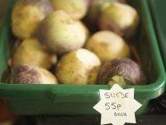 Контейнер из шведских овощей для продажи с ценником — стоковое фото