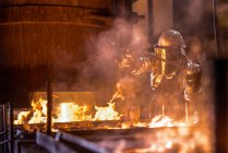 Worker pouring molten metal in foundry — Stock Photo