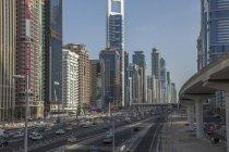 Skyline der Stadt und Sheikh Zayed Road — Stockfoto
