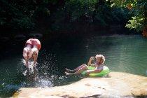 Deux hommes jouant en rivière — Photo de stock