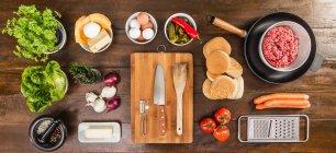 Tabla de ingredientes y utensilios - foto de stock