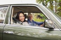 Portrait de la mère et la fille dans la voiture — Photo de stock