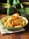 Bratkartoffeln in einer grünen Schüssel auf Stoffserviette — Stockfoto