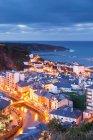 Küstenstadt, die nachts beleuchtet — Stockfoto