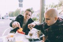 Zwei Sie Freundinnen Essen snack im Straßencafé — Stockfoto