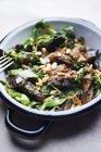 Баклажаны с кедровыми орехами и шпинатом — стоковое фото