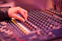 Mão e mesa de mistura em estúdio de gravação — Fotografia de Stock