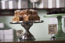 Diferentes pasteles en las pastelerías - foto de stock