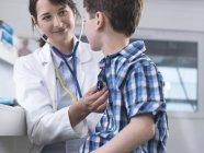 Arzt überprüft mit Stethoskop die Atmung des Jungen — Stockfoto