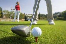 Tiro cortado de golfista macho teeing off, Maiorca, Espanha — Fotografia de Stock