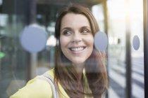 Retrato de empresária através da porta de vidro do aeroporto — Fotografia de Stock