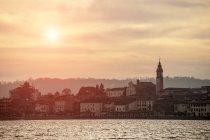Vista tranquilla della bellissima Arona, Lago Maggiore, Piemonte, Italia — Foto stock