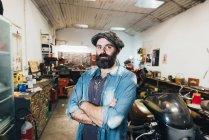Retrato de homem maduro, na garagem — Fotografia de Stock