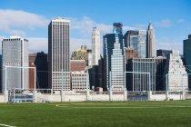 Campos de futebol e Lower Manhattan skyline — Fotografia de Stock