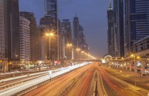 Stadtautobahn und Dubai Metro-Bahnhof in der Nacht, Downtown Dubai, Vereinigte Arabische Emirate — Stockfoto
