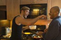 Couple mâle dans cuisine, couchait, petit déjeuner — Photo de stock